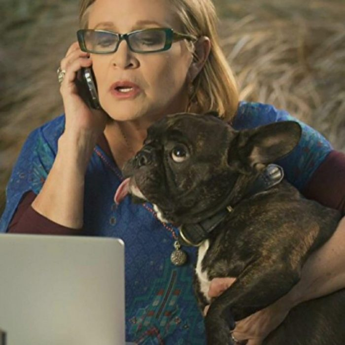 Carry Fisher abrazando a su perro Gary Fisher
