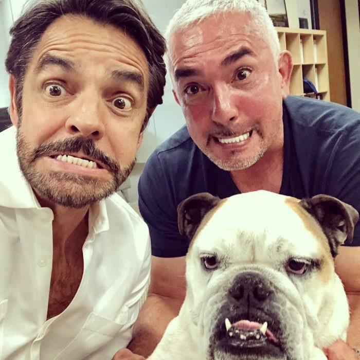 Cesar Millan con Eugenio y Fiona Derbez posando para una fotografía