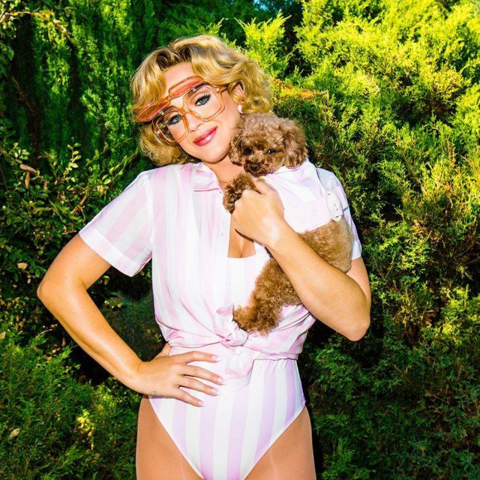 Katy Perry sosteniendo a su perro Nuggetpara una fotografía