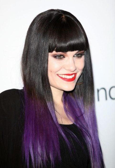Cantante Jessy J mostrando su cabello de color dark violeta en las puntas