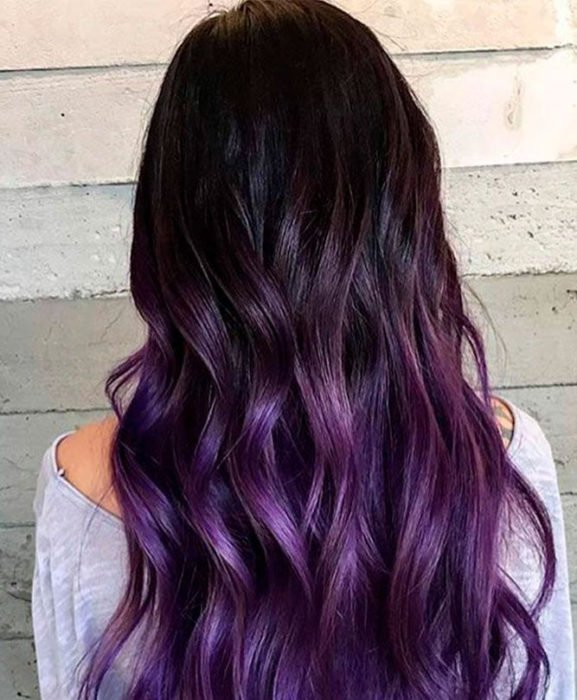 Chica con el cabello en tono dark violeta con luces en morado