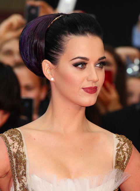 Katy Perry mostrando su cabello de color dark violeta en un peinado recogido