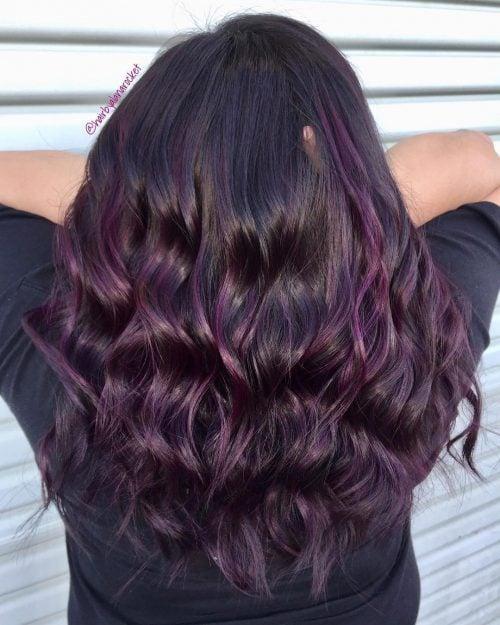 Chica mostrando su cabello de color dark violeta