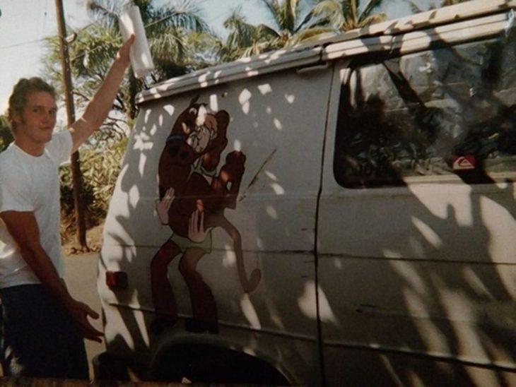 Chriss Pratt junto a su furgoneta cuando vivía en Hawaii