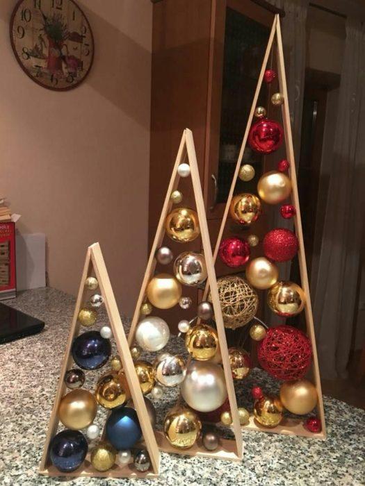 Decoración que puedes hacer con esferas en pinos de madera