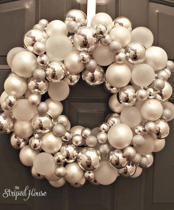 Decoración que puedes hacer con esferas en coronas para la puerta