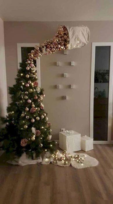 Decoración que puedes hacer con esferas en el árbol de navidad