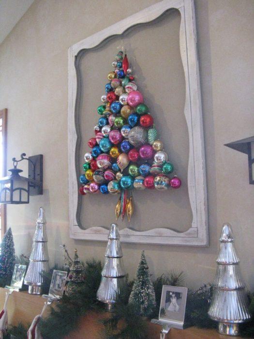 Decoración que puedes hacer con esferas como pinos de navidad