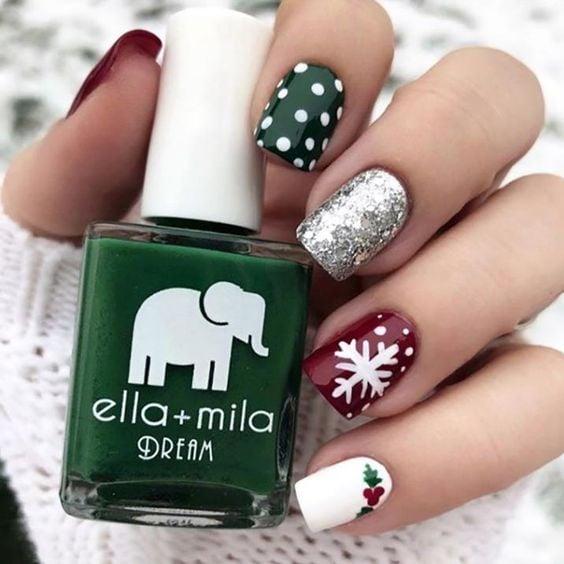 Uñas cortas coon decorado navideño en verde y rojo