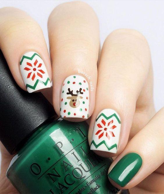 Decoración de uñas en blanco con verde y rojo