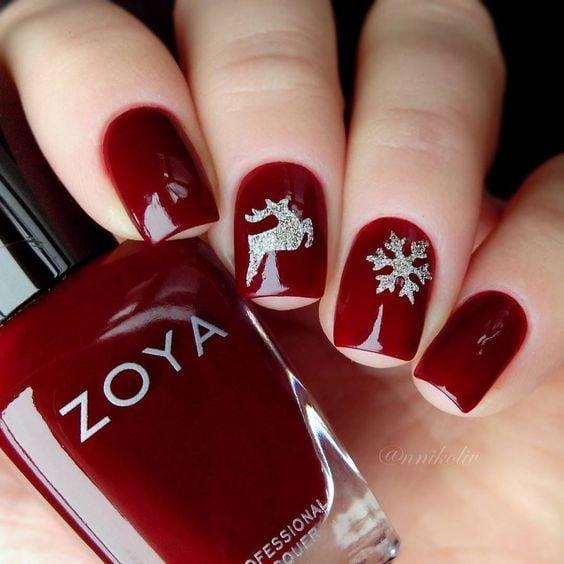 decoración de uñas en rojo con plateadp