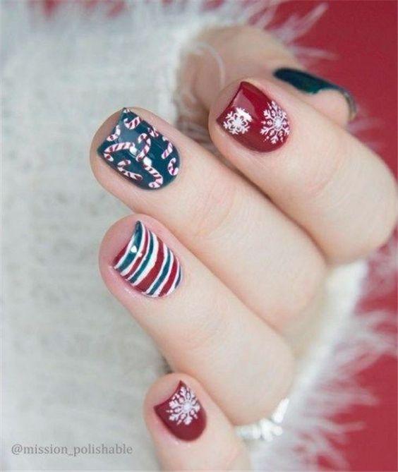 Uñas cortas con decoración navideña en rojo, azul y blanco