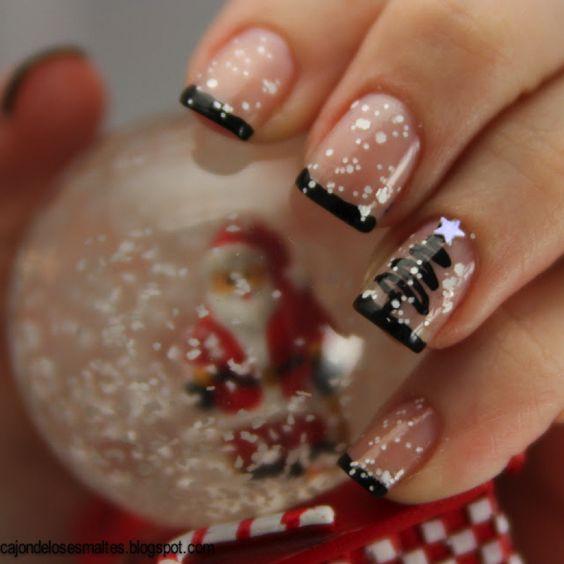 Uñas cortas con decorado de copos de nieve en blanco