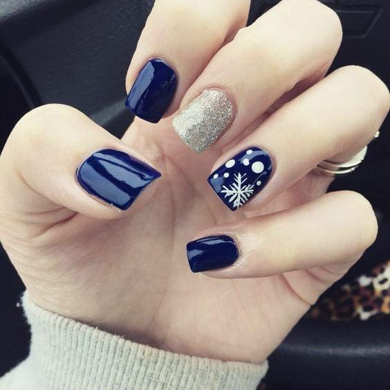 Uñas cortas con decorado en azul y plata estilo navideño