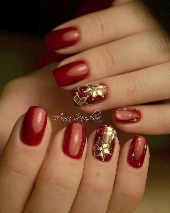 Uñas cortas con decorado navideño en dorado y roo
