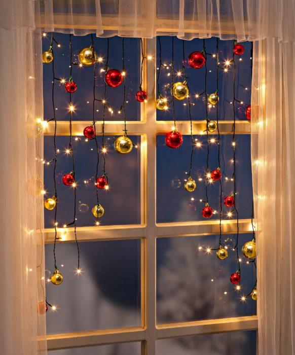 Decoración que puedes hacer con esferas colgantes en las puertas o ventanas