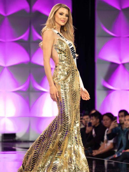 Miss Puerto Rico en la competencia de Miss Universo 2019 usando un hermoso vestido de color dorado