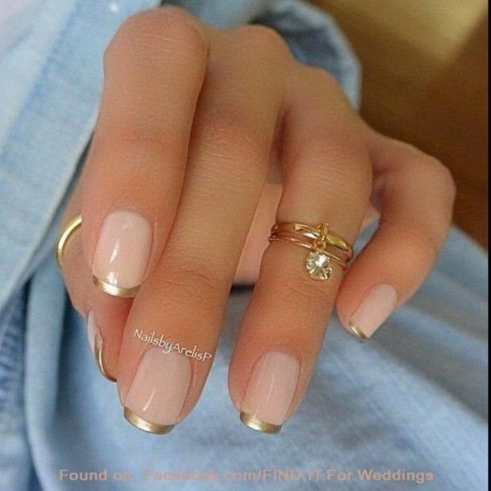 Uñas de manicure francesa en color dorado