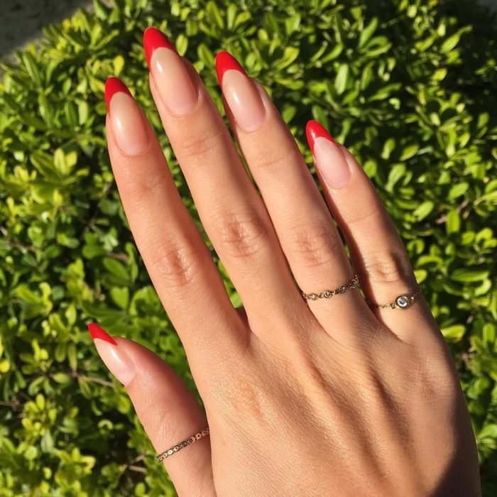 Uñas de manicure francesa en color rojo