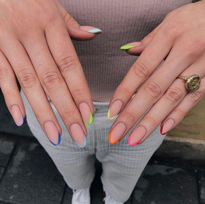 Uñas de manicure francesa en colores amarillo. rosa, rojo y azul