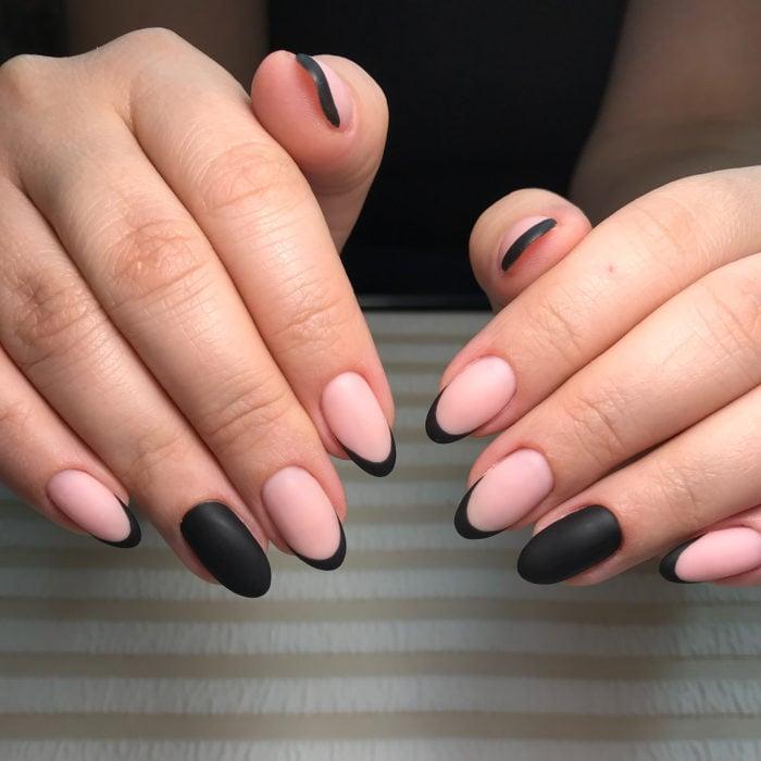 Uñas de manicure francesa en color negro