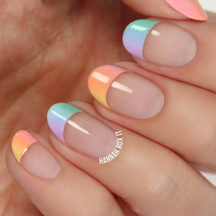 Uñas de manicure francesa en colores de acoiris