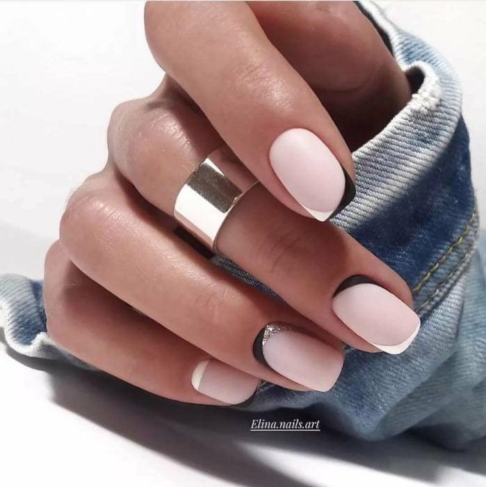 Uñas de manicure francesa en color blanco con rosa
