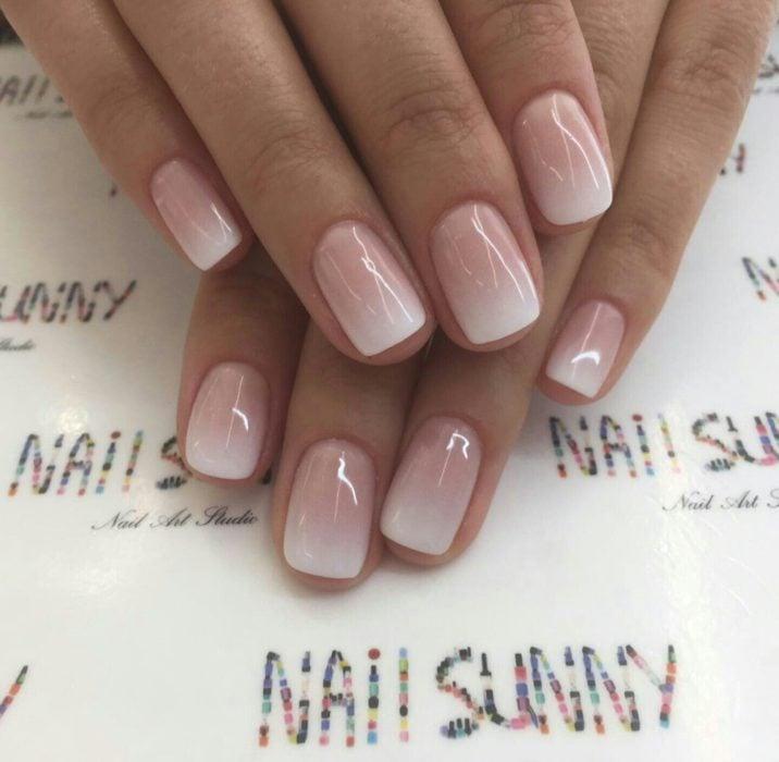 Uñas de manicure francesa en color blanco con degradado en rosa