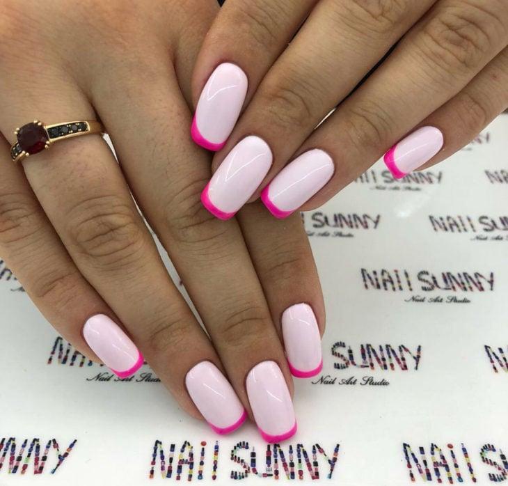 Uñas de manicure francesa en color blanco rosa fuccia