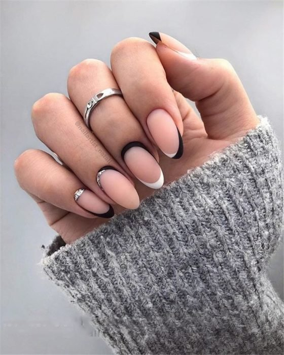 Uñas de manicure francesa en color blanco con negro