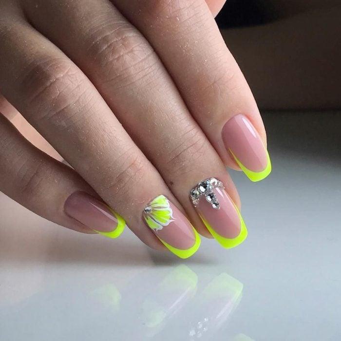 Uñas de manicure francesa en color verde fosforecente