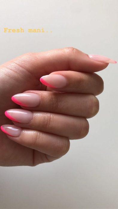 Uñas de manicure francesa en color rosa claro