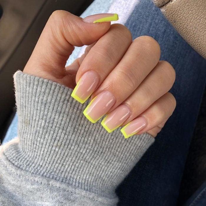 Uñas de manicure francesa en color verde neón