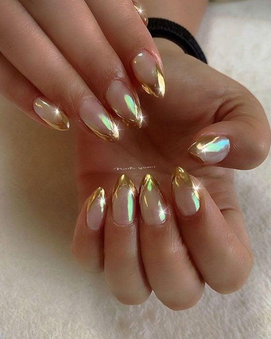 Uñas de manicure francesa en color dorado con efecto espejo