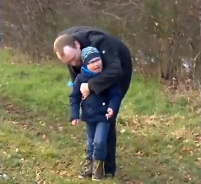 Padre e hijo jugando en un parque al aire libre