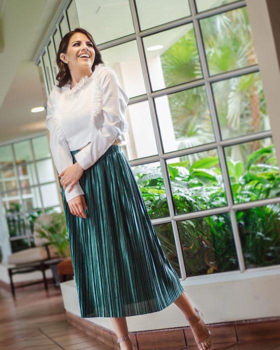 chica blusa blanca y falda metálica larga verde