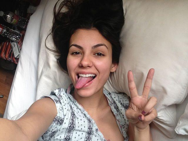 Victoria Justice sin maquillaje recostada en su cama