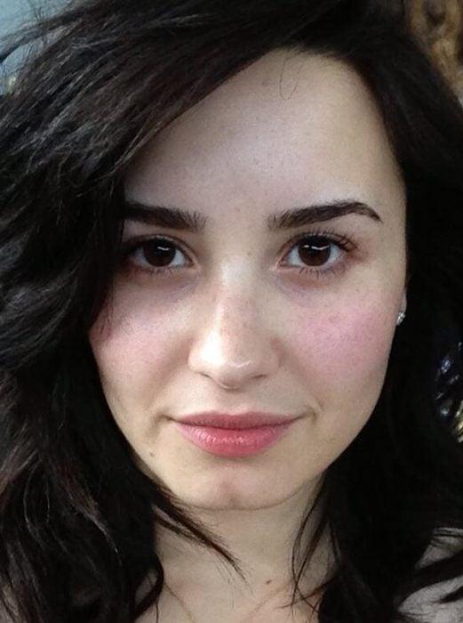 Demi Lovato sin maquillaje, sonriendo para una selfie