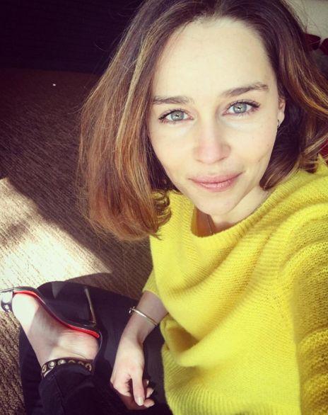 Emilia Clarke sonriendo ligeramente para una selfie sin maquillaje