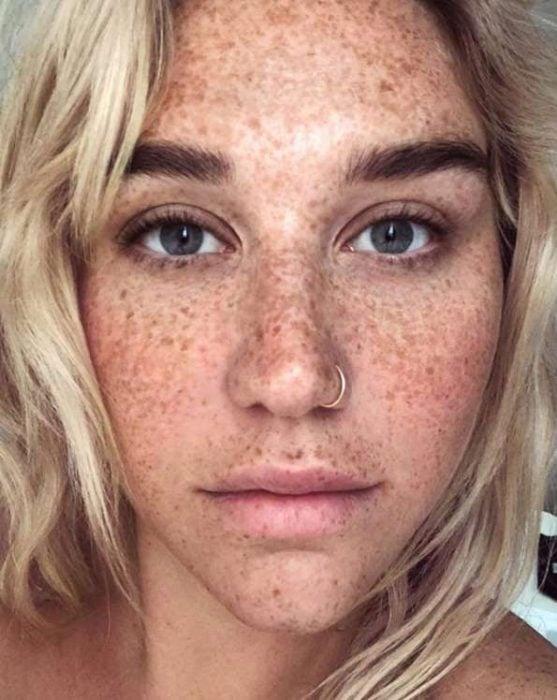 Kesha sin maquillaje, mostrando sus pecas, sonriendo ligeramente