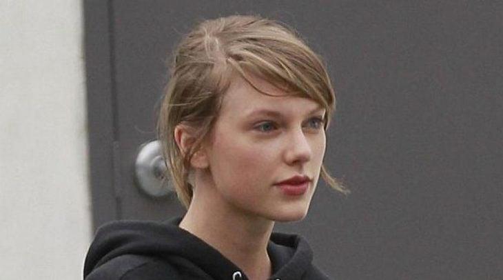 Taylor Swiftsin maquillaje caminando por las calles