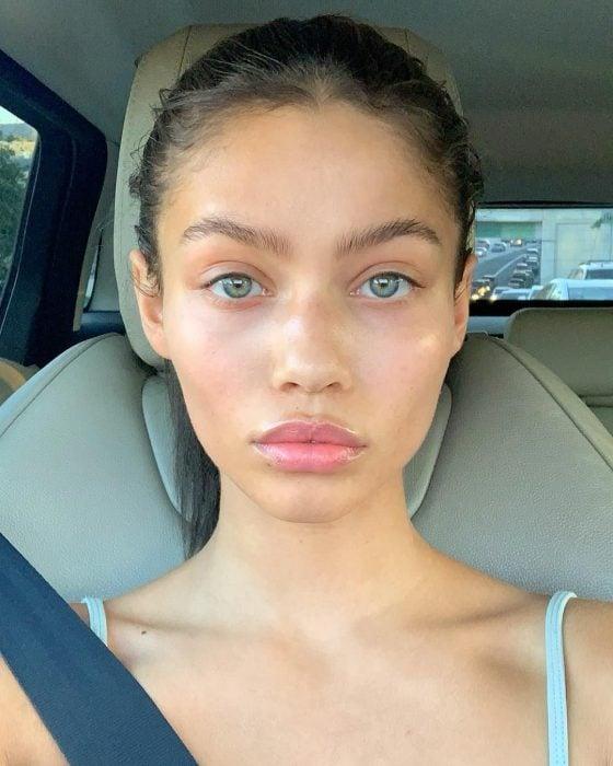 Audreyana Michelle sin maquillaje, dentro dle auto, tomando una selfie