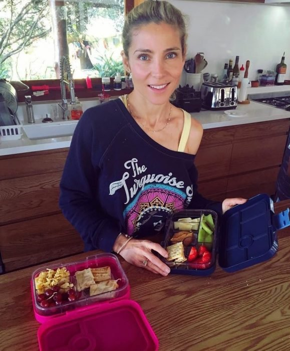 Elsa Pataky sin maquillaje, preparando el desayuno