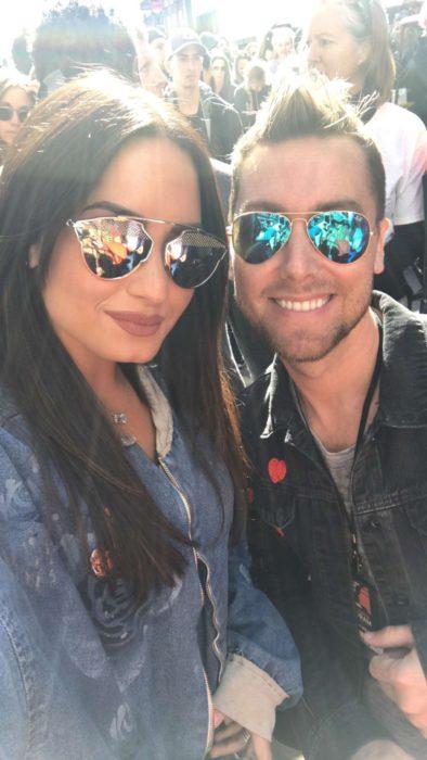 Demi Lovato tomando una selfie junto a su fan