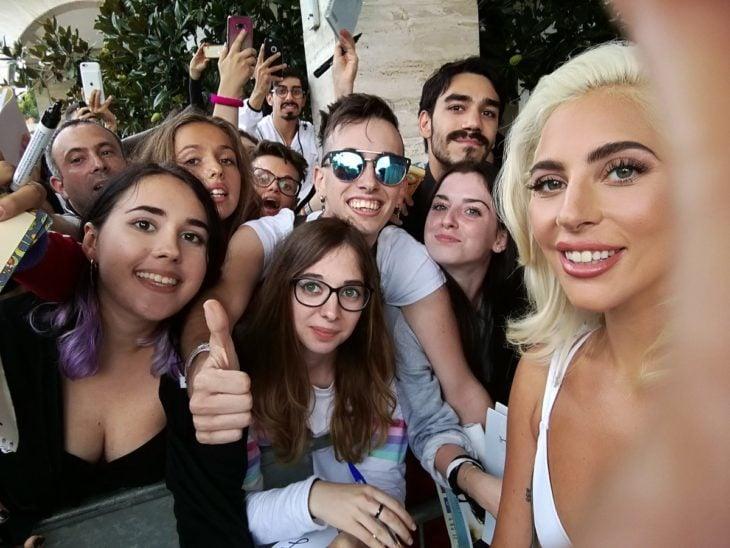 Lady Gaga tomando una selfie junto a sus fans
