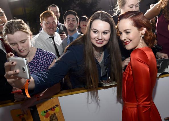 Jena Malone tomando selfie junto a sus fans