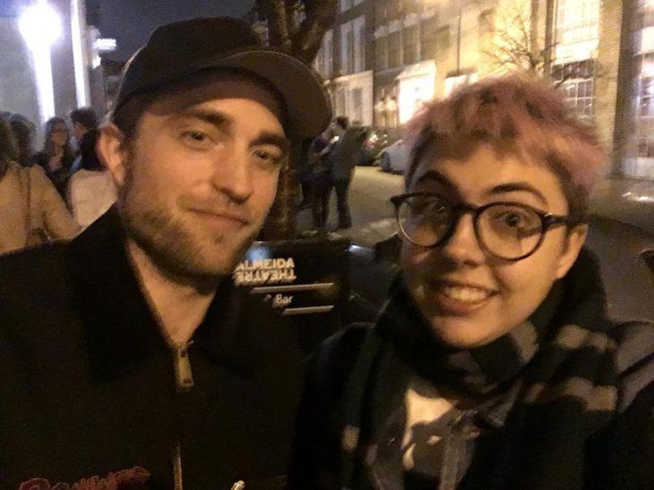 Robert Pattinson en una selfie con una fan de cabello morado