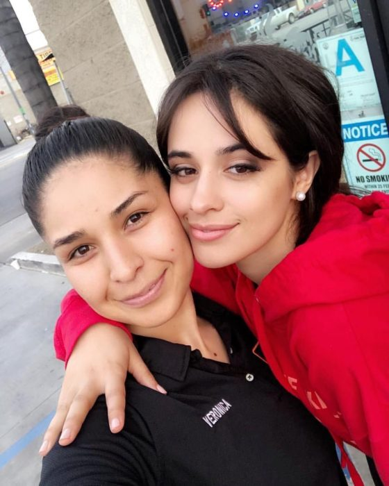 Camila Cabello posando para una selfie con una fan
