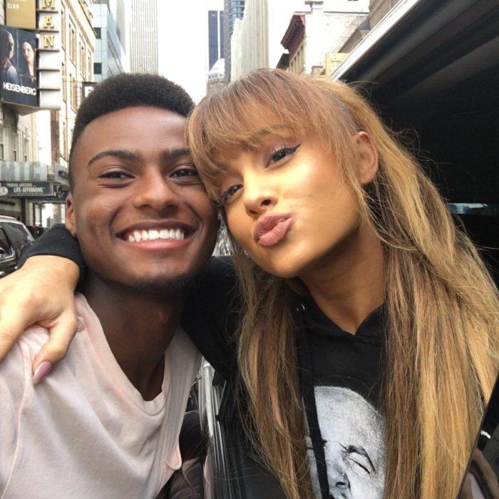 Ariana Grande abrazada de un chico tomando una selfie
