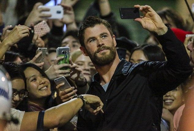 Chris Hemsworth posando en una selfie junto a sus fans